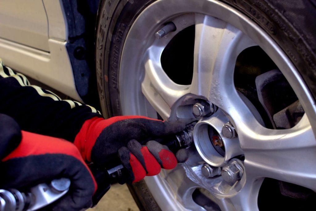 車のハンドルが左に傾くのはなぜ?理由は?原因や直す方法は?