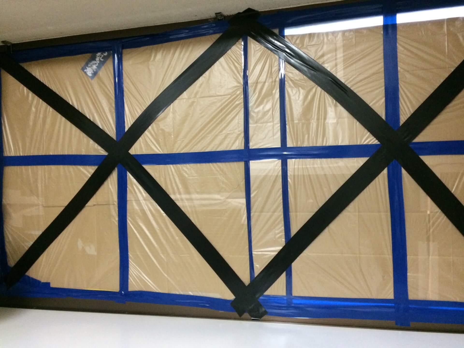 台風対策!窓ガラスへのダンボールの貼り方は?外側?内側?養生テープは効果なし?