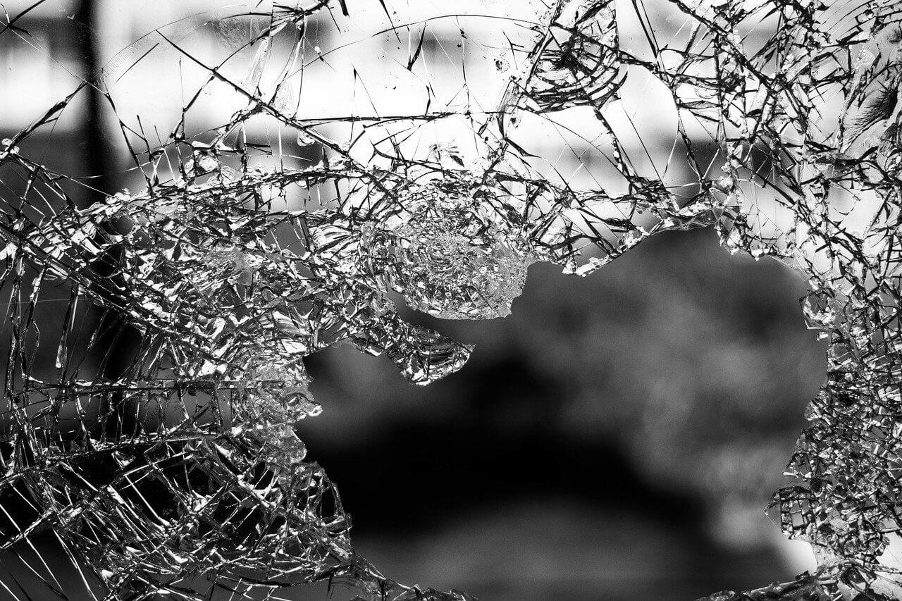 台風で窓ガラスが割れる原因は?窓ガラスが割れる前にできる対策も!