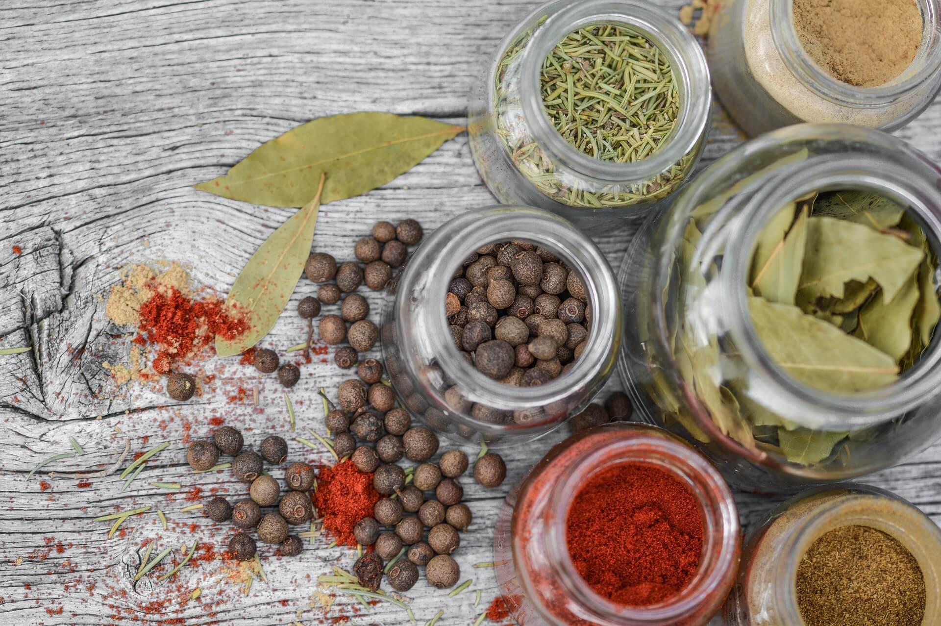 ハーブとスパイスの違いは何?歴史と代表的料理も紹介!